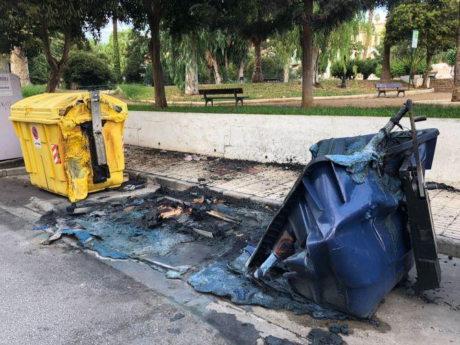 Los Bomberos de Vélez-Málaga han tenido que sofocar las llamas esta madrugada de domingo.