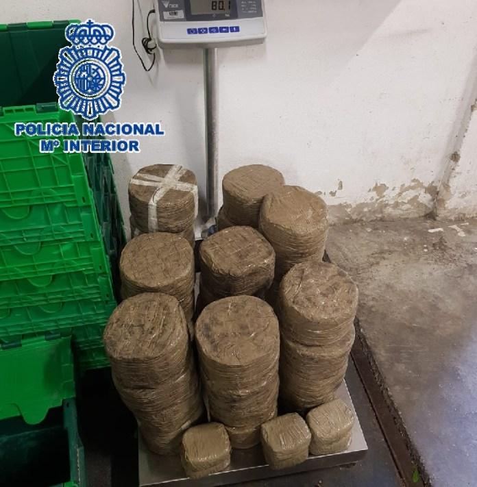 Intervenidos 80 kilos de hachís en un vehículo y detenidas cuatro personas de un grupo criminal dedicado al tráfico de drogas en Benalmádena
