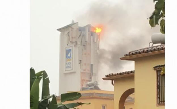 Un rayo impacta en un hotel de Marbella provocando un incendio