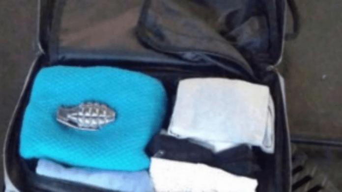 Una hebilla con forma de granada dentro de una maleta provoca el caos.