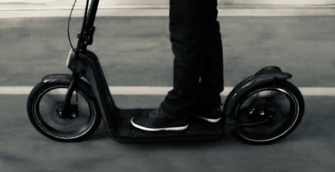 Fallece en Córdoba el conductor de un patinete eléctrico que circulaba por una carretera