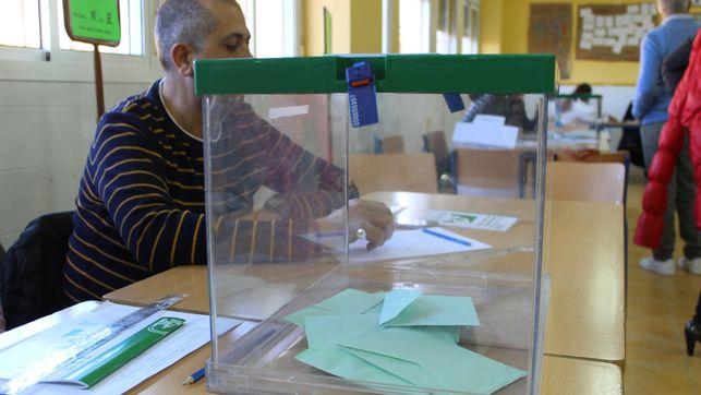 a participación en las elecciones autonómicas alcanza el 46,47% en Andalucía hasta las 18.00 horas, lo que supone 4,94 puntos menos que en los comicios celebrados en marzo de 2015, cuando a la misma hora era del 51,41 por ciento, según los datos facilitados por la Junta de Andalucía.