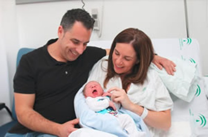 El varón, que ha nacido en el Hospital Materno Infantil de la capital, ha pesado 3,470 Kilogramos y ha medido 51 centímetros. Foto: / Gregorio Torres. Junta Andalucía.
