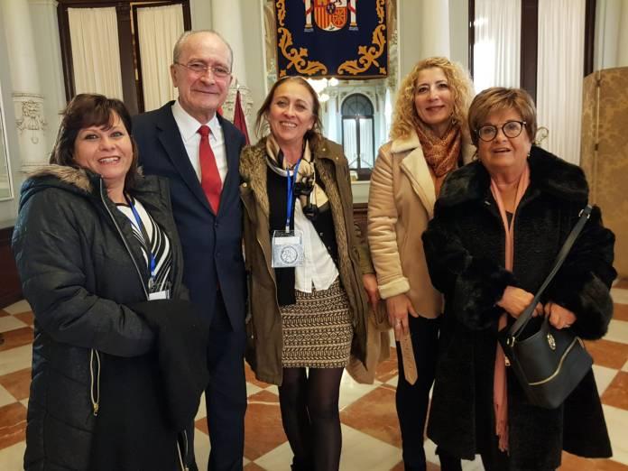 El alcalde de Málaga recibe al equipo directivo de la Asociación Belenista de Vélez-Malaga