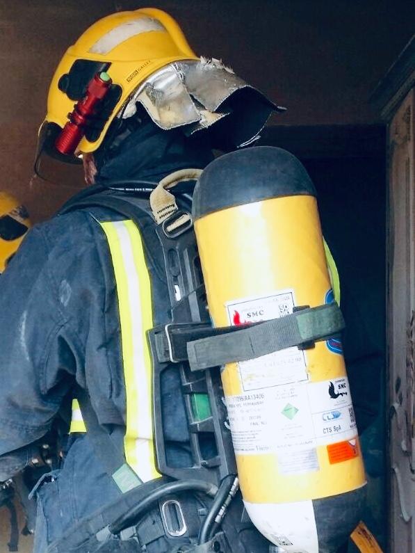 Evacuado un hombre por inhalación de humo en un incendio en Alcaucín