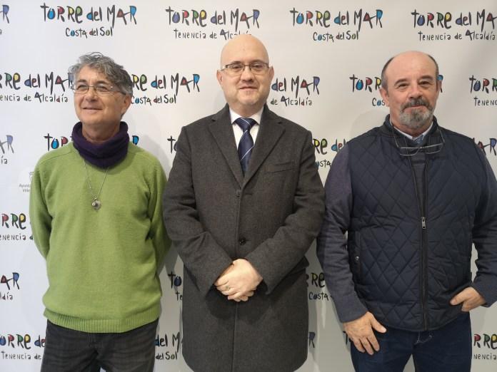 El encargado de anunciar a Mugar ha sido el teniente de alcalde de Torre del Mar, Jesús Pérez Atencia, acompañado del presidente de la Peña Círculo 81, Juan Carlos Cubero, y del propio artista.