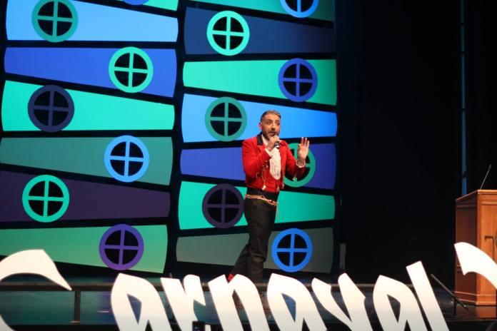 El artista local Sergio Pérez 'El Cindidi' pregonó en el Teatro del Carmen el carnaval veleño.