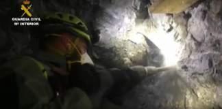 Imagen de uno de los mineros en el túnel horizontal para llegar hasta Julen. GUARDIA CIVIL.