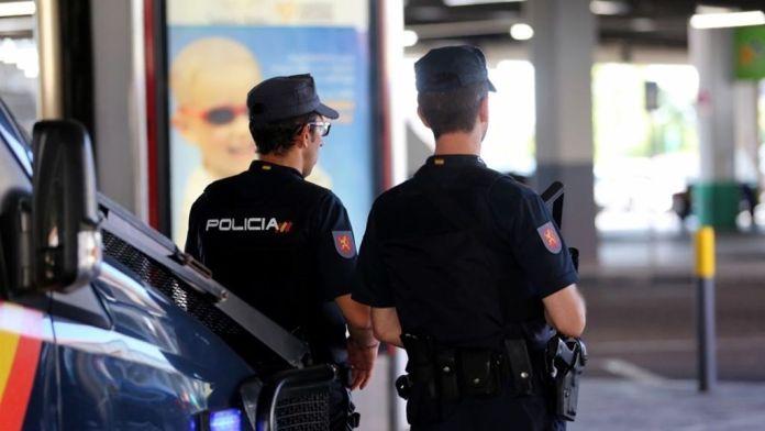 Dos Policías Nacionales fuera de servicio auxilian a un hombre con un profundo corte en el antebrazo tras un accidente