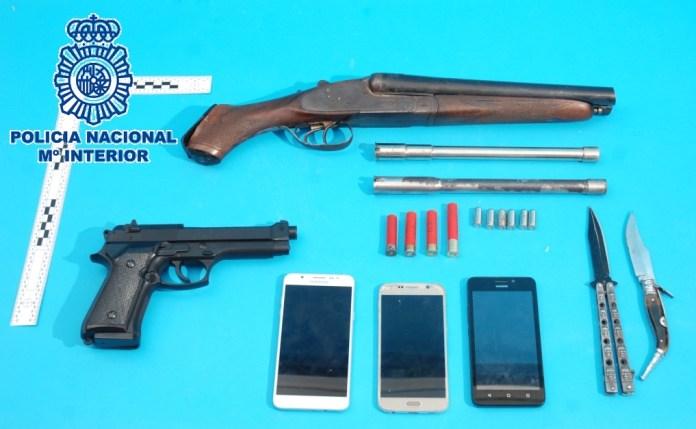 En el registro realizado en el inmueble del perjudicado, los agentes intervinieron a los investigados una escopeta de cañones recortados, cartuchos de diversos calibres, una pistola simulada y armas blancas.