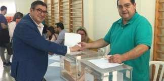 El alcalde de Vélez Málaga, Antonio Moreno, votando.