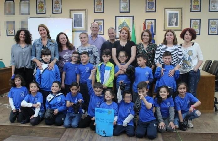 Escolares de Almáchar presentan en la Mancomunidad Axarquía Costa del Sol un proyecto para concienciar a los vecinos a recoger las heces de los perros de las calles