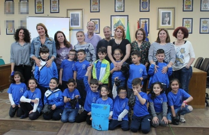 """Son alumnos de Primero de Primaria y cuentan todos con entre 6 y 7 años. La iniciativa se llama """"Adiós cacas del pueblo"""" y pretenden extenderla a otros municipios de la comarca a través de un vídeo que han elaborado ellos mismos."""