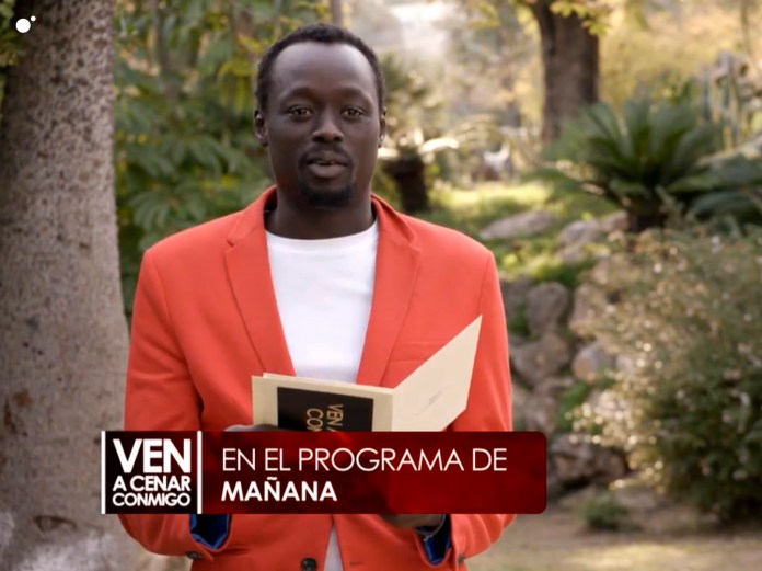Macario es animador, un bailón profesional y está casado con una española y tiene una hija.