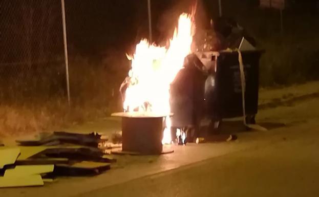 Pillado 'in fraganti' un joven de 28 años tras incendiar nueve contenedores en Vélez-Málaga