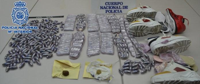 La Policía Nacional se incauta de cinco kilos de hachís camuflados en las suelas de unas zapatillas deportivas en Estepona