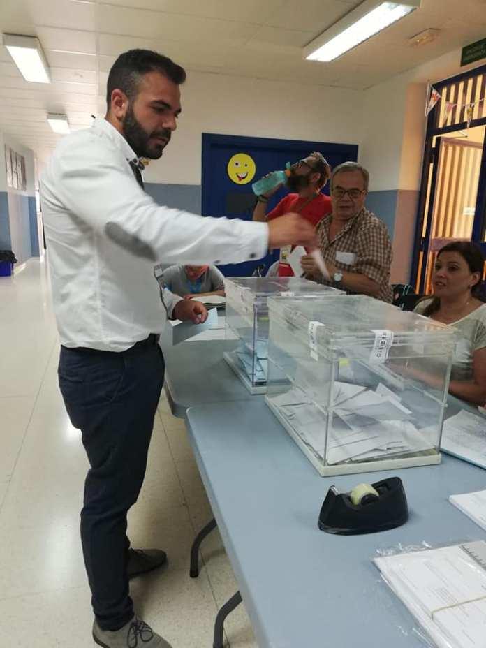 Ezequiel Carnero ejerciendo su derecho al voto.
