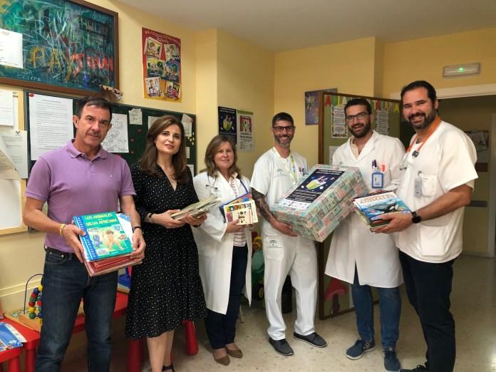 El Hospital Comarcal de la Axarquía recibe una donación de libros infantiles con motivo del Día del Niño Hospitalizado