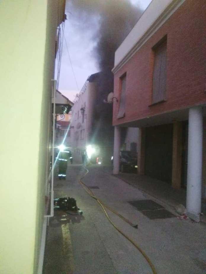 Un incendio en un garaje obliga a desalojar varias viviendas en Vélez-Málaga