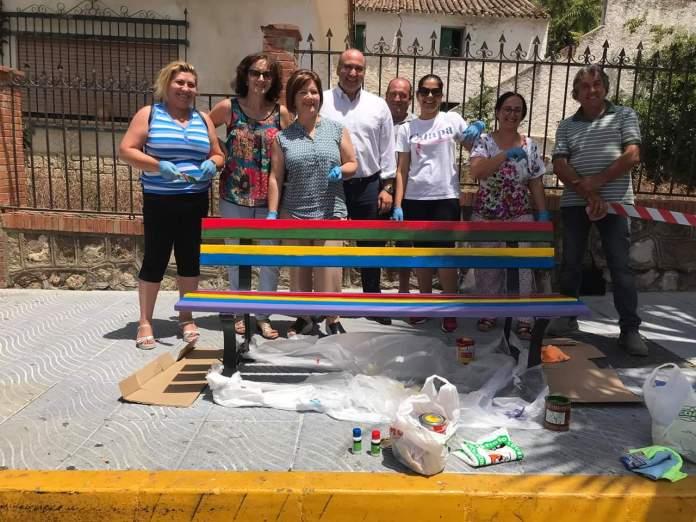 Periana pinta bancos con la bandera LGTBI