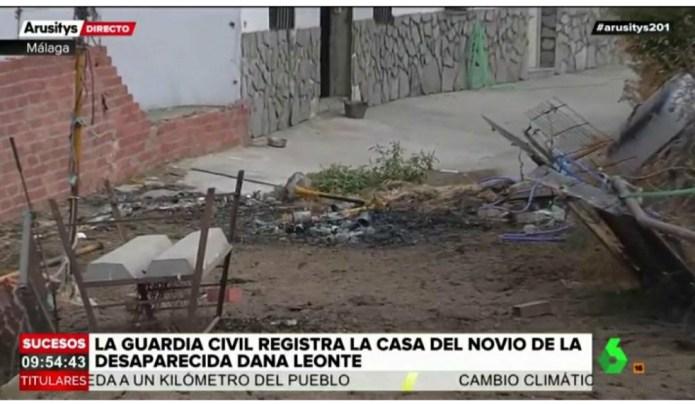 La policía se centra en la hoguera que han encontrado en el patio de la casa de Dana,  desaparecida en Arenas
