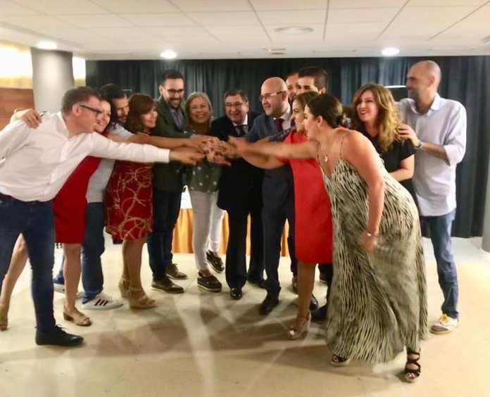 Integrantes del PSOE y del GIPMTM durante la presentación del acuerdo.