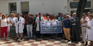 Los facultativos se han concentrado esta mañana en el centro de salud de San Pedro Alcántara, donde se ha vuelto a producir un nuevo caso de agresión a una médica y a dos enfermeras