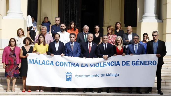 Minuto de silencio en el Ayuntamiento de Málaga en repulsa por el asesinato machista de Dana Leonte