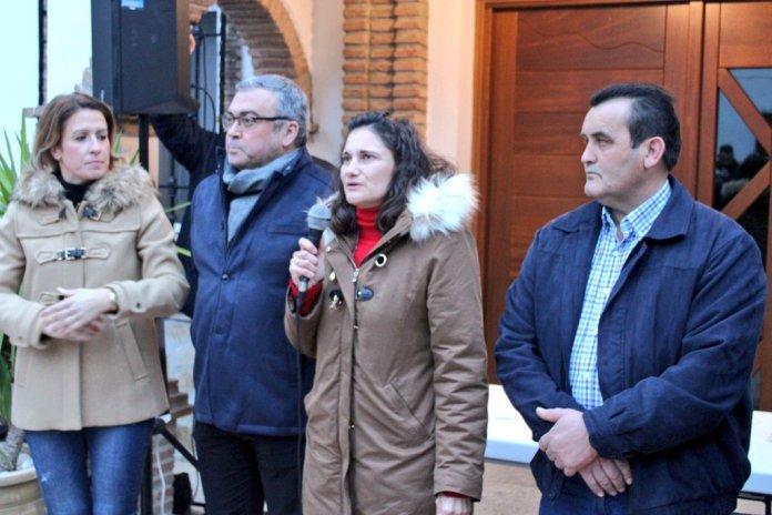 Unas 300 personas se concentran en apoyo de la alcaldesa socialista de Alcaucín, Ágata González, y contra la moción de censura presentada por PP y Ciudadanos