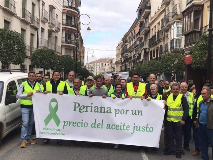 Agricultores y ganaderos de la Axarquía participan en la protesta por los bajos precios del aceite de oliva y de los productos hortofrutícolas
