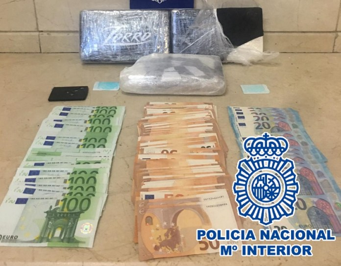 La Policía Nacional detiene en un control de pasajeros y equipajes a tres personas y se incauta de tres kilos de cocaína del interior de una mochila