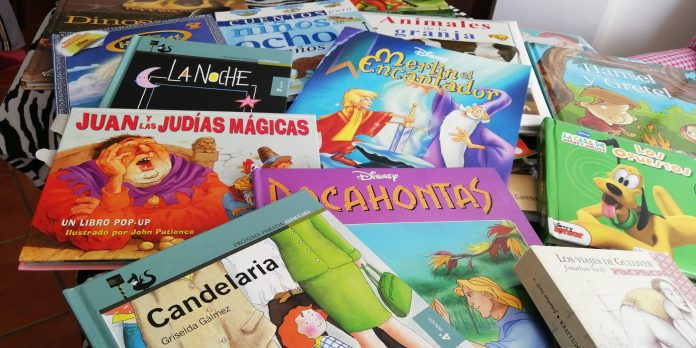 Playas de Torre del Mar y Almacenes La Lonja regalan libros a los niños ingresados en el Hospital Comarcal de la Axarquía como entretenimiento mientras dure el estado de alarma