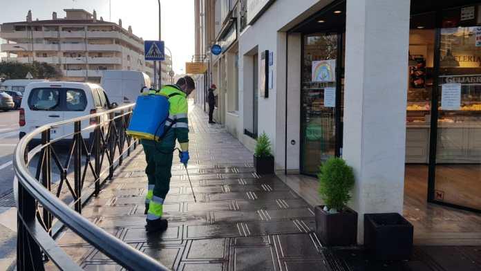 El Ayuntamiento de Rincón de la Victoria amplia las tareas especiales de limpieza y desinfección reforzando el horario de baldeo viario y espacios de mayor riesgo