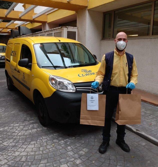 Correos lleva la medicación hospitalaria a pacientes del Hospital Costa del Sol de Marbella