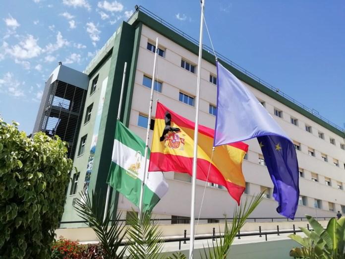 Banderas a media asta y minuto de silencio en el Área Sanitaria Málaga-Axarquía por las víctimas del Covid-19