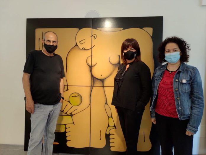 La concejala de Cultura, Cynthia García, visitó junto al autor de la muestra titulada 'Mujer', basada en las formas simples de expresión, compuesta por 47 obras, entre pinturas y esculturas, que podrá visitarse hasta el próximo 30 de octubre.