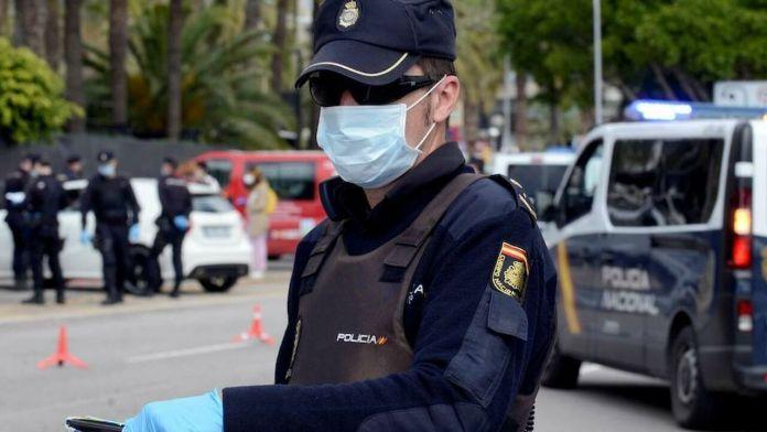 El hombre, de nacionalidad española, se encontraba en estado de embriaguez en su domicilio, amenazando a su mujer y su hija mientras empuñaba un cuchillo de 10 centímetros de largo y cinco de ancho. Cuando la policía llegó a la vivienda, el detenido se encontraba en la ventana con el arma.