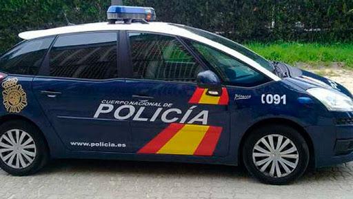 La Policía Nacional detiene en Vélez-Málaga a un hombre por amenazar con un hacha a miembros de una familia