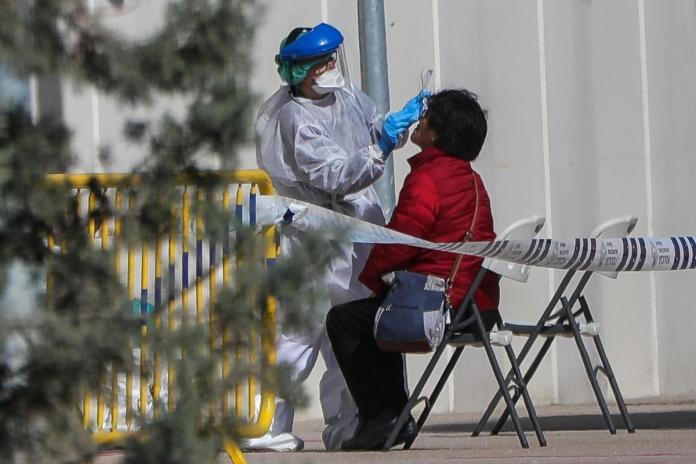 La provincia de Sevilla vuelve a encabezar el número diario de contagiados. Málaga, con tres fallecidos, es de nuevo la provincia que concentra más muertes por Covid-19.
