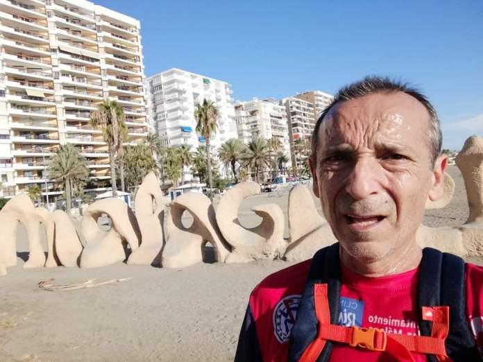 Al atleta del Club Atletismo Vélez Pepe Vigo no hay quien que lo pare. Ha recorrido la costa malagueña desde la recién inaugurada pasarela de madera del Guadalhorce, la más larga de Europa, hasta Torre del Mar.