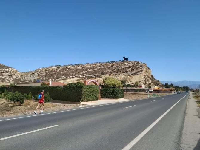 Al atleta del Club Atletismo Vélez Pepe Vigo no hay quien que lo pare. Ha recorrido la costa malagueña desde la recién inaugurada pasarela de madera del Guadalhorce, la más larga de Europa, hasta Torre del Mar