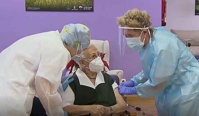 Araceli, de 96 años, tras recibir la primera vacuna contra la covid: «A ver si todos nos portamos bien y conseguimos que el virus se nos vaya»