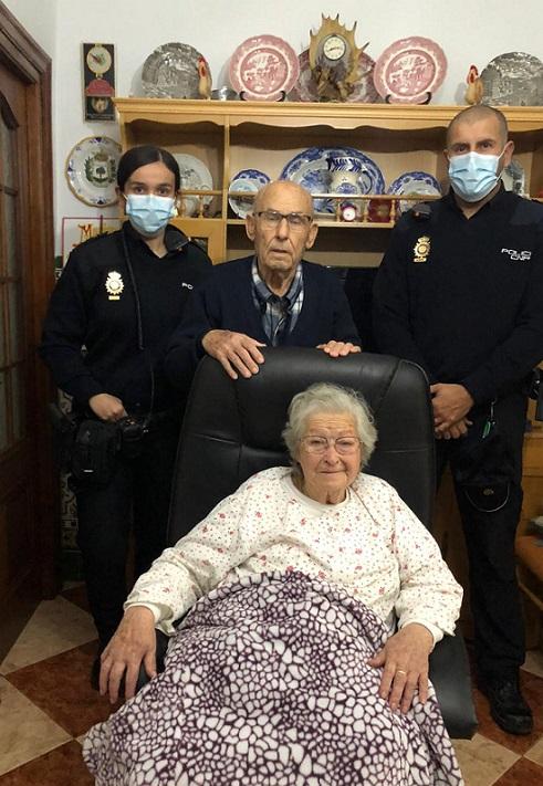 Salvan a dos ancianos de 88 y 87 años tras estar aturdidos en el salón de su casa por una caída