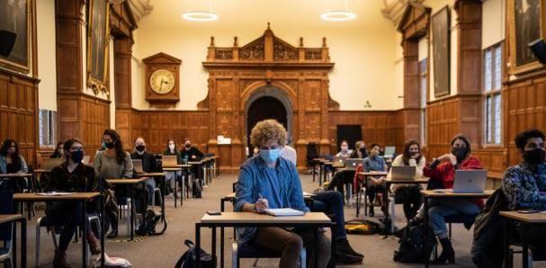 Reino Unido cerrará durante dos semanas las escuelas y universidades para contener el avance del virus