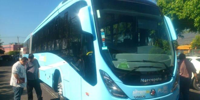 Empresarios del transporte observan los nuevos buses