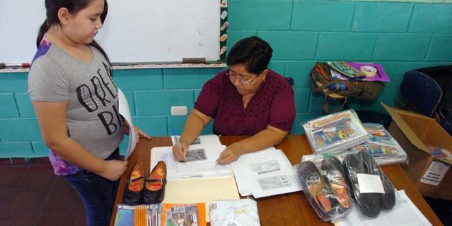 Alumnos del centro escolar católico Moseñor Esteban Alliet reciben paquetes escolares