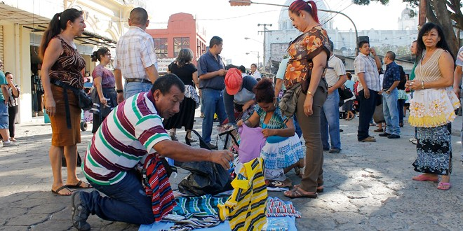 Vendedores por cuenta propia denuncian maltrato de municipalidades