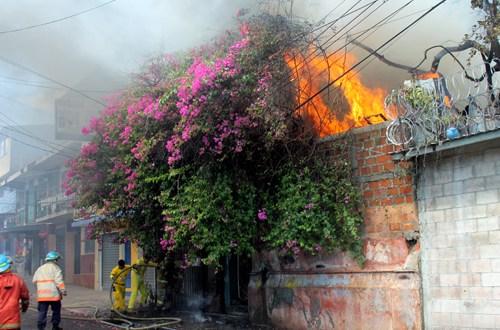 Incendio consume taller en el centro de San Salvador