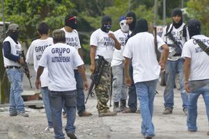 Autodefensas de México cierran el cerco al feudo de narcotraficantes