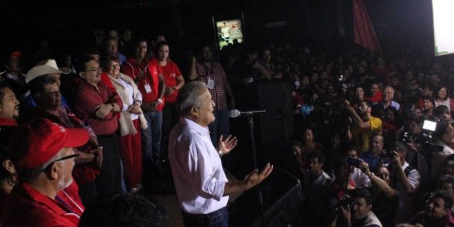 Simpatizantes del FMLN en las calles celebran triunfo de primera vuelta